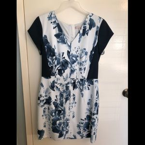Short sleeved dress with blue floral pattern